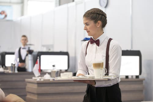 Martina Wick, die «beste Restaurationsfachfrau der Welt», bei der Arbeit. (Bild: SwissSkills)