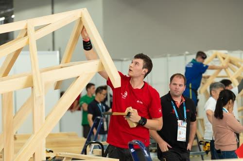 Zimmermann Rafael Bieler beim Zusammenbau einer Konstruktion. (Bild: SwissSkills)