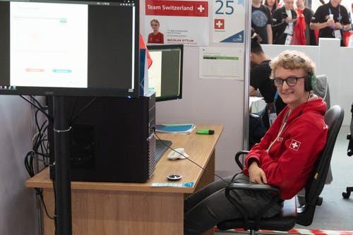 Web Technologe Nicolas Ettlin am Computer. (Bild: SwissSkills)