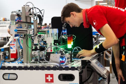 Automatiker Raphael Furrer an seinem Arbeitsplatz. (Bild: SwissSkills)