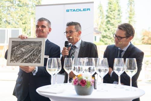 Ein Geschenk vom St.Margrether Gemeindepräsident Reto Friedauer an Peter Spuhler: So hat einst das Altfeld-Areal ausgesehen. (Bild: Urs Bucher)