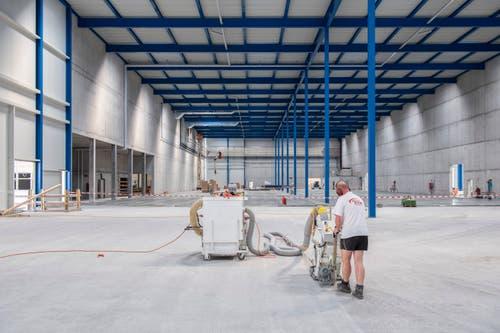 Arbeiter in der Montagehalle. (Bild: Urs Bucher)
