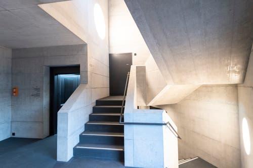 Über das Treppenhaus geht es in den ersten Stock. Es gibt auch einen Lift (links).