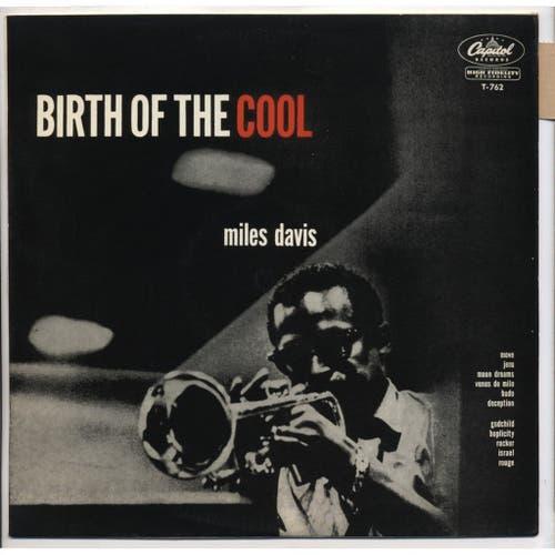 Vor 70 Jahren: The Birth Of The Cool Das Album, das in zwei Studiosessions 1949 und 1950 mit Arrangeur Gil Evans aufgenommen wurde, markiert den Übergang vom Be-Bop zum Cool Jazz. Mit seiner zurückhaltenden, sanften Ästhetik setzte es einen Kontrapunkt zum heissen, extrovertierten Be-Bop. «The Birth Of The Cool» heisst auch ein faszinierender neuer Dok-Film von Stanley Nelson über das Leben von Davis mit bisher nicht gezeigtem Filmmaterial. In diesen Tagen feierte er in den USA Premiere. Am diesjährigen Festival Blue Balls in Luzern wurde er gezeigt und dürfte wohl bald auch auf DVD erhältlich sein.