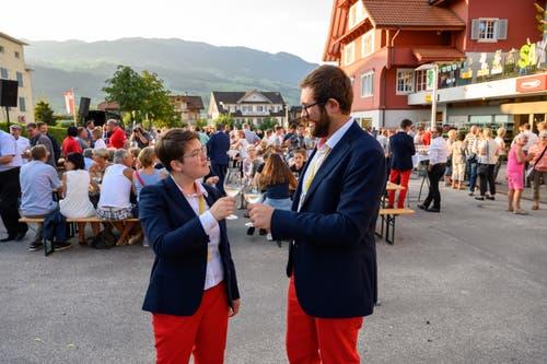 Bäckerin-Konditorin Sonja Durrer aus Kerns (links) und Landschaftsgärtner Mario Enz aus Giswil stossen auf ihre Goldmedaillen an. (Bild: Izedin Arnautovic, 29. August 2019)