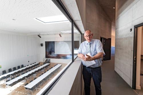 Muolens Gemeindepräsident Bernhard Keller im Obergeschoss. Von dort aus kann man durch eine grosse Glasscheibe auf den Saal runterschauen.