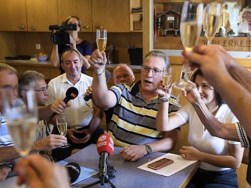 Berntreue aus Moutier stossen nach Bekanntwerden des Urteils mit Champagner an - und fordern den Rücktritt von Separatisten. (Bild: KEYSTONE/ANTHONY ANEX)