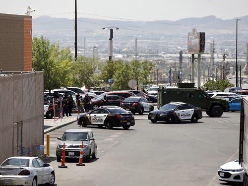 Grosseinsatz der Polizei vor dem Einkaufszentrum in El Paso. (Bild: KEYSTONE/EPA/IVAN PIERRE AGUIRRE)