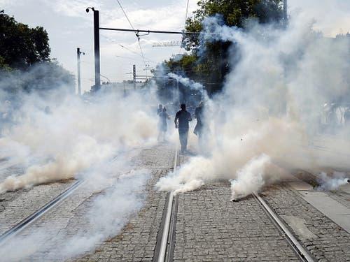 Die Polizei geht mit Tränengas gegen die Demonstrierenden in Nantes vor. (Bild: KEYSTONE/EPA/THIBAULT VANDERMERSCH)