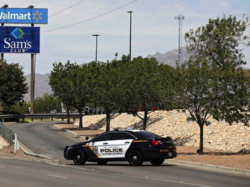 Schüsse im Einkaufszentrum: Ein Polizeiauto steht an der Einfahrt zu dem Walmart in El Paso, Texas. (Bild: KEYSTONE/EPA/IVAN PIERRE AGUIRRE)