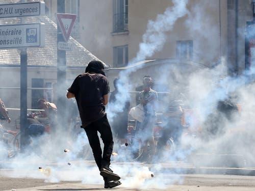 Die Polizei feuert Tränengas auf Demonstrierende in Nantes. (Bild: KEYSTONE/EPA/THIBAULT VANDERMERSCH)