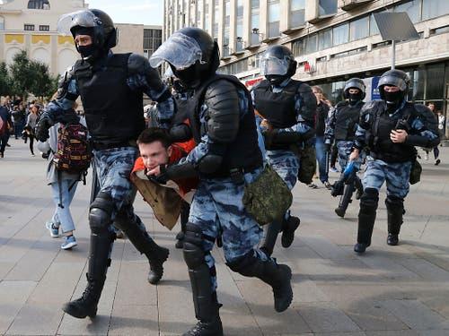 Bei der nicht bewilligten Demonstration in Moskau nahm die Polizei erneut hunderte Menschen in Gewahrsam. (Bild: KEYSTONE/AP/ALEXANDER ZEMLIANICHENKO)