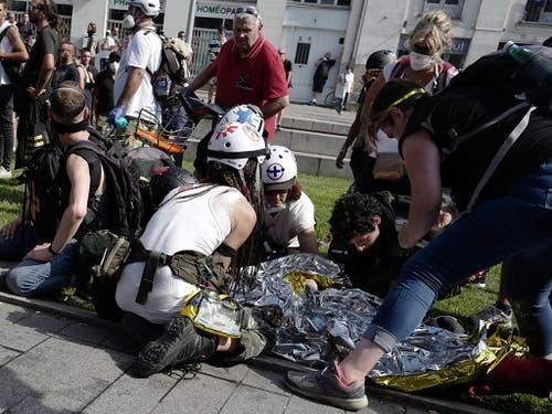 Erste Hilfe für verletzte Demonstranten in Nantes. (Bild: KEYSTONE/EPA/THIBAULT VANDERMERSCH)