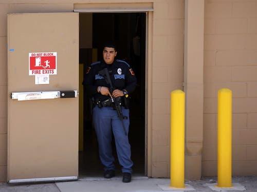 Ein Polizist bewacht einen Notausgang in dem Einkaufszentrum in El Paso. (Bild: KEYSTONE/EPA/IVAN PIERRE AGUIRRE)