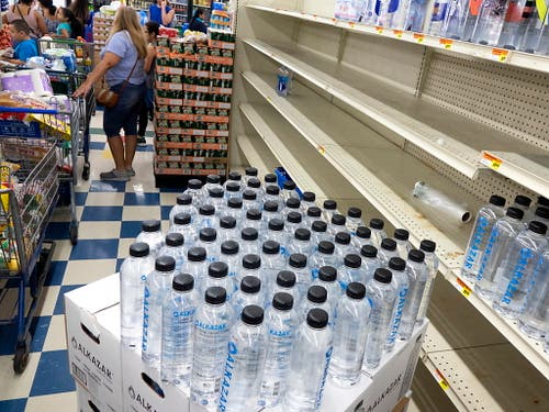 Viele Einwohner Floridas decken sich vorsorglich mit Trinkwasser und Lebensmitteln ein. Hurrikan «Dorian» ist unterwegs und soll die Küste am 1. oder 2. September erreichen. (Bild: KEYSTONE/EPA/CRISTOBAL HERRERA)