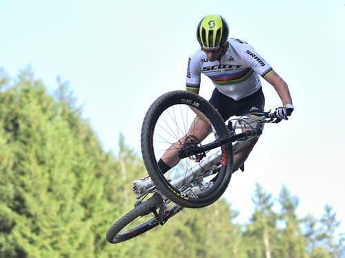 Nino Schurter beim Weltcup in Lenzerheide in Action (Bild: KEYSTONE/GIAN EHRENZELLER)