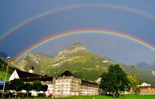 Zwischen Himmel und Erde erzeugten Sonne und Regen diesen symbolhaften, doppelten Regenbogen. (Bild: Hans Burch Engelberg, 31. August 2019)