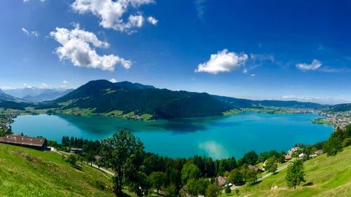 Eine wunderschöne Panorama-Aufnahme vom Ägerisee. (Bild: Peter Bumbacher, Ägeri, 4. August 2019)