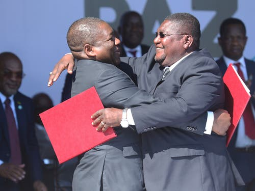 Das Friedensabkommen zwischen den Konfliktparteien in Mosambik wurde bereits am 1. August von Präsident Filipe Nyusi (rechts) und Oppositionsführer Ossufo Momade unterzeichnet. An der Zeremonie dazu wird am Dienstag auch Bundesrat Ignazio Cassis teilnehmen. (Bild: KEYSTONE/AP/TSVANGIRAYI MUKWAZHI)