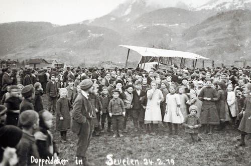 Der am 24. Februar in Sevelen gelandete Doppeldecker, umringt von viel Volk. Um 15 Uhr starteten die beiden Offiziere wieder, um weiter nach Dübendorf zu gelangen. (Bilder: Archiv Werner Hagmann)