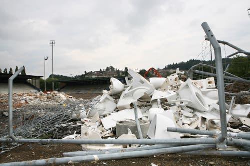 Absperrgitter und Plastiksitze mussten ebenfalls daran glauben. (Bild: Manuela Jans-Koch, 26. August 2009)