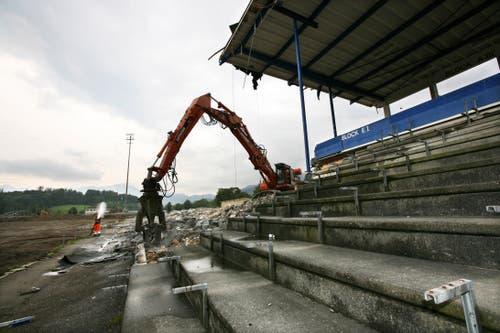 Die Bagger machen das Stadion Allmend dem Erdboden gleich. (Bild: Manuela Jans-Koch, 26. August 2009)