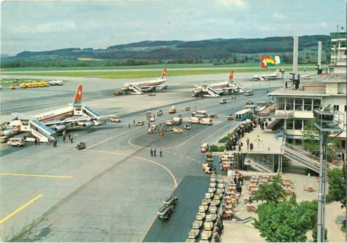 Spektakel für Schaulustige: der Flughafen Zürich auf einer Postkarte von 1965.