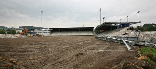 Der Rasen ist weg, nur noch braun und grau zu sehen auf der Allmend. (Bild: Manuela Jans-Koch, 26. August 2009)