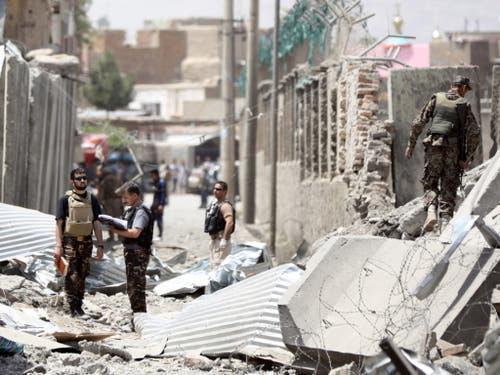 Durch die Wucht der Autobombe wurden in Kabul eine Polizeistation und zahlreiche Gebäude in der Umgebung zerstört. (Bild: KEYSTONE/EPA/JAWAD JALALI)