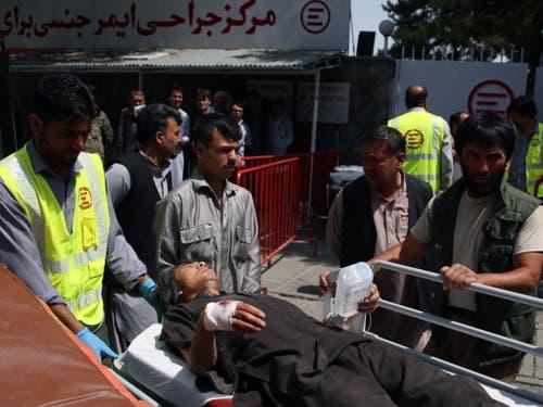 Bei der Explosion einer Autobombe sind in Kabul nach Angaben der afghanischen Regierung mindestens 14 Menschen getötet und 145 weitere verletzt worden. Die Bombe sei im morgendlichen Berufsverkehr vor einer Polizeiwache gezündet worden. (Bild: Keystone/EPA/JAWAD JALALI)