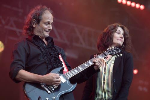 Sina posiert mit ihrem Gitarristen auf der Hauptbühne. (Bild: Pius Amrein, Zofingen, 7. August 2019)