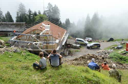 Einige Schaulustige verfolgten das Aufrichten auf Alp Rohr. (Bilder: Corinne Hanselmann)