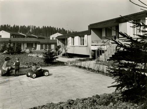 Die Stiftung war zudem aktiv im sozialen Wohnungsbau: Sie vergab Wohnbaudarlehen und erstellte Wohnhäuser für Mitarbeiter – beispielsweise die Einfamilienhäuser in der Riffigmatte 1967/68.