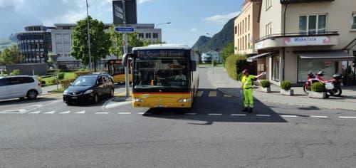 Dieses Postauto hat rückwärts gewendet und fährt nun wieder Richtung Buochs davon, ohne den Bahnhof anzufahren.. (Bild Markus von Rotz)