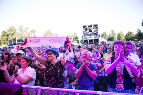 Sie jubeln Semino Rossi auf der Bühne zu. (Bild: Manuela Jans-Koch, 8. August 2019, Zofingen)