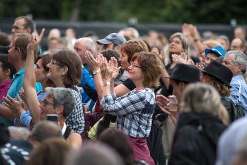 Das Publikum applaudiert während dem Konzert von Sina. (Bild: Pius Amrein, Zofingen, 7. August 2019)