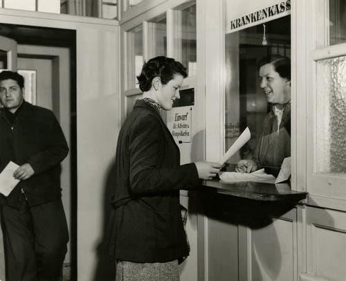 Die Viscosuisse war in Sachen Sozialleistungen vorbildlich. So gab es eine Betriebskrankenkasse (im Bild der Schalter 1956). 1919 wurde eine Stiftung gegründet, die unter anderem für die Altersvorsorge zuständig war.