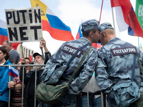 Proteste lässt das Regime brutal zusammenknüppeln: Anti-Putin-Demonstration in Moskau im Juli. (Bild: KEYSTONE/AP/PAVEL GOLOVKIN)