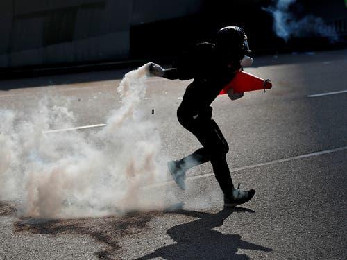 Erhöhte Sicherheitsvorkehrungen und eine Warnung an Flugreisende: Hongkong erwartet am Wochenend eine neue Protestwelle. (Bild: KEYSTONE/AP/VINCENT THIAN)