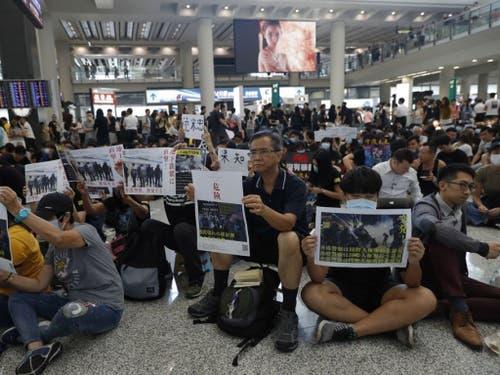 Während drei Tagen wollen die Demokratie-Aktivisten am Flughafen Hongkong demonstrieren. (Bild: Keystone/AP/VINCENT THIAN)