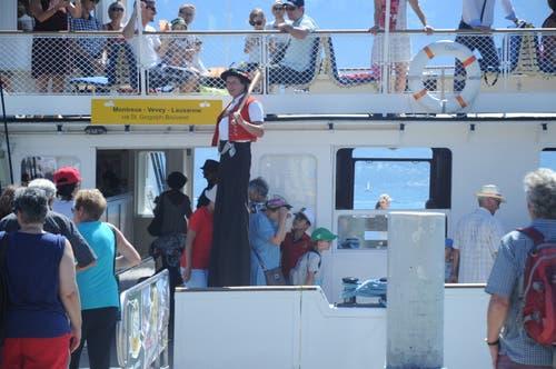 Hannes vo Wald verabschiedet die Besucher, die mit dem Schiff ablegen. (Bild: Astrid Zysset)