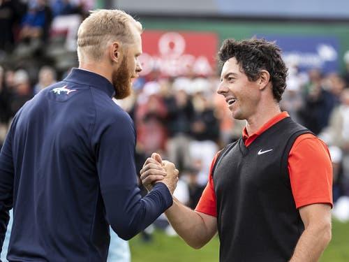 Sebastian Söderbergs (links) grosser Moment: Er nimmt die Gratulation von Rory McIlroy entgegen (Bild: KEYSTONE/ALEXANDRA WEY)