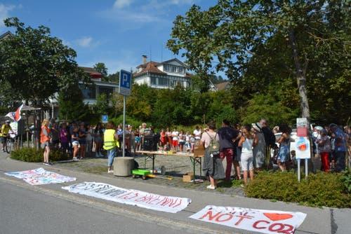 Die Demonstranten versammeln sich auf dem Hechtplatz in Teufen. (Bild: Natascha Arsic)