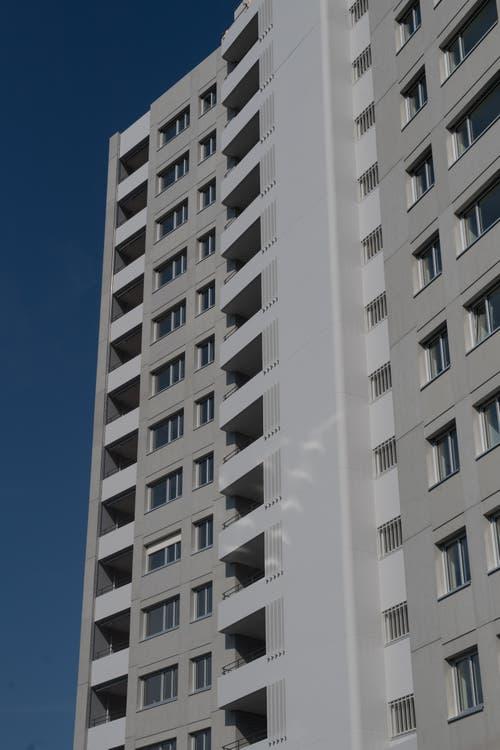 Das Aalto Hochhaus im Schönbühl von aussen. (Bild: Boris Bürgisser, Luzern, 29. August 2019)