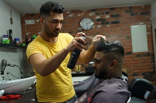 Coiffeur Ivo beim letzten Schliff für Emilyanis Dharsikans neue Frisur.