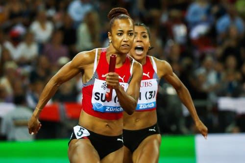 Salomé Kora gibt bei «Weltklasse Zürich» mit der 4x100m-Staffel alles. Mujinga Kambundji (im Hintergrund) feuert die St. Gallerin an. (Bild: Marc Schumacher/freshfocus)