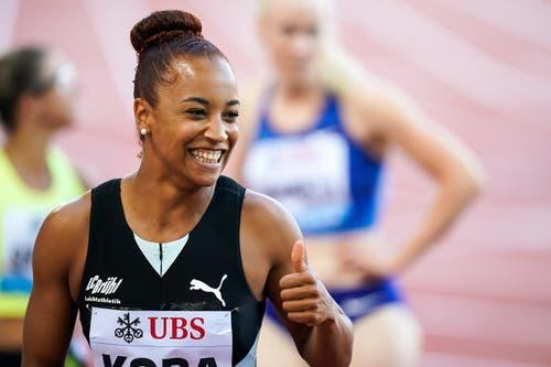 Daumen hoch: Salomé Kora scheint mit ihrem Sprint bei «Weltklasse Zürich» zufrieden zu sein. (Bild: Claudio Thoma/freshfocus)