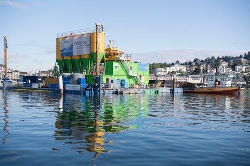 Damit die Kursschiffe wieder sicher die Werftstege zwischen dem Inseli und dem Seekag Seeverlad anfahren können, lässt die Schifffahrtsgesellschaft des Vierwaldstättersees (SGV) den Seegrund im Werftgelände absaugen. (Bild: Nadia Schärli, Luzern, 9. September 2019)