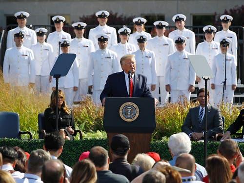 Bei einer Gedenkzeremonie für die 9/11-Opfer beim Pentagon droht US-Präsident Donald Trump potenziellen künftigen Angreifern mit verheerender Vergeltung. (Bild: KEYSTONE/AP/PATRICK SEMANSKY)