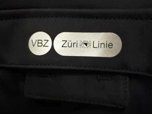 Das Negativ-Logo funktioniert auf den dunkelblauen Jacken nicht: Blau und weiss wirken vertauscht. (Bild: VBZ)